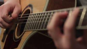 Ρηχή εστίαση της τεχνικής του παιχνιδιού στην ακουστική κιθάρα απόθεμα βίντεο