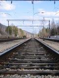 ρηχή διαδρομή σιδηροδρόμων πεδίων βάθους Οι ράγες που εξασθενίζουν στην απόσταση Στοκ φωτογραφίες με δικαίωμα ελεύθερης χρήσης