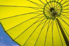 ρηχή καλυμμένη ομπρέλα θαλάσσης πεδίων βάθους κάθετη πολύ Στοκ Φωτογραφίες