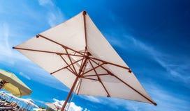 ρηχή καλυμμένη ομπρέλα θαλάσσης πεδίων βάθους κάθετη πολύ Στοκ φωτογραφία με δικαίωμα ελεύθερης χρήσης