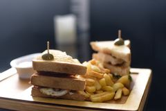 ρηχός πικάντικος πολύ άσπρος σάντουιτς πιάτων τηγανιτών πατατών πεδίων βάθους λεσχών κοτόπουλου Στοκ Εικόνες