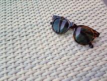 Ριγωτά μαύρα γυαλιά στον πίνακα στοκ φωτογραφίες με δικαίωμα ελεύθερης χρήσης