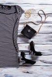 Ριγωτά μαύρα φόρεμα και τακούνια Στοκ Εικόνα