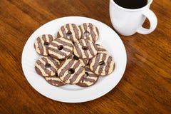 Ριγωτά μπισκότα φοντάν στο πιάτο με τον καφέ Στοκ φωτογραφία με δικαίωμα ελεύθερης χρήσης