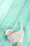 Ριγωτή γάτα σε ένα ξύλινο υπόβαθρο Στοκ εικόνα με δικαίωμα ελεύθερης χρήσης