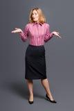 Ριγωτή γυναίκα πουκάμισων που απαξιεί τους ώμους στοκ φωτογραφία με δικαίωμα ελεύθερης χρήσης