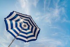 Ριγωτή ομπρέλα θαλάσσης Στοκ εικόνες με δικαίωμα ελεύθερης χρήσης