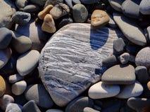 Ριγωτή πέτρα μεταξύ των πετρών Στοκ εικόνα με δικαίωμα ελεύθερης χρήσης