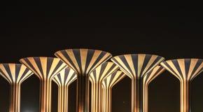 Ριγωτοί πύργοι νερού τη νύχτα Στοκ φωτογραφίες με δικαίωμα ελεύθερης χρήσης