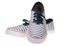 Ριγωτός ολίσθηση-στα περιστασιακά παπούτσια στο λευκό Στοκ Εικόνες