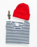 Ριγωτό πουκάμισο και κόκκινο μαλλί ΚΑΠ ναυτικών με το ρολόι κατάδυσης Στοκ Εικόνες