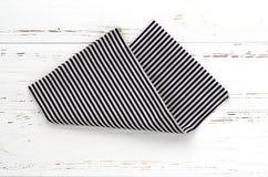 Ριγωτό ύφασμα κουζινών στον άσπρο εκλεκτής ποιότητας ξύλινο πίνακα διάστημα αντιγράφων Στοκ Εικόνες