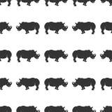 Ρινόκερος άνευ ραφής Ταπετσαρία άγριων ζώων Σχέδιο ρινοκέρων αποθεμάτων που απομονώνεται στο άσπρο υπόβαθρο Μονοχρωματικό εκλεκτή Στοκ Εικόνες