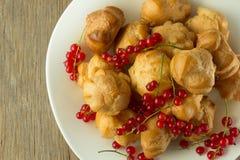 Ριπές κρέμας και κόκκινη σταφίδα στο άσπρο πιάτο Στοκ Εικόνες