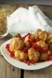 Ριπές κρέμας και κόκκινη σταφίδα στο άσπρο πιάτο Στοκ Φωτογραφίες