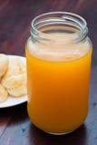 Ριπές κρέμας και χυμός από πορτοκάλι στον ξύλινο πίνακα Στοκ Φωτογραφίες