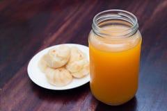 Ριπές κρέμας και χυμός από πορτοκάλι στον ξύλινο πίνακα Στοκ Φωτογραφία