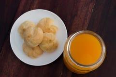 Ριπές κρέμας και χυμός από πορτοκάλι στον ξύλινο πίνακα Στοκ εικόνα με δικαίωμα ελεύθερης χρήσης