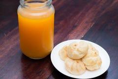 Ριπές κρέμας και χυμός από πορτοκάλι στον ξύλινο πίνακα Στοκ φωτογραφία με δικαίωμα ελεύθερης χρήσης