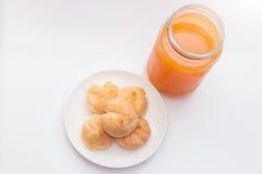 Ριπές κρέμας και χυμός από πορτοκάλι στο υπόβαθρο απομονώσεων Στοκ Εικόνα