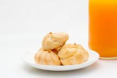 Ριπές κρέμας και χυμός από πορτοκάλι στο υπόβαθρο απομονώσεων Στοκ εικόνα με δικαίωμα ελεύθερης χρήσης