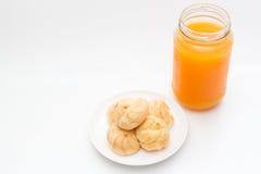Ριπές κρέμας και χυμός από πορτοκάλι στο υπόβαθρο απομονώσεων Στοκ Φωτογραφίες