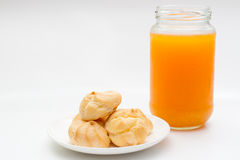 Ριπές κρέμας και χυμός από πορτοκάλι στο υπόβαθρο απομονώσεων Στοκ εικόνες με δικαίωμα ελεύθερης χρήσης
