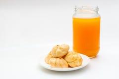 Ριπές κρέμας και χυμός από πορτοκάλι στο υπόβαθρο απομονώσεων Στοκ φωτογραφίες με δικαίωμα ελεύθερης χρήσης