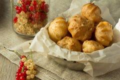 Ριπές κρέμας στο μαγείρεμα του εγγράφου και της σταφίδας Στοκ εικόνες με δικαίωμα ελεύθερης χρήσης