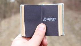 ριψοκινδυνεμμένο Ο ταξιδιώτης κρατά ένα βιβλίο με το κείμενο φιλμ μικρού μήκους