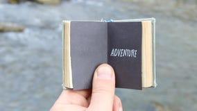 ριψοκινδυνεμμένο Ο ταξιδιώτης κρατά ένα βιβλίο με το κείμενο απόθεμα βίντεο