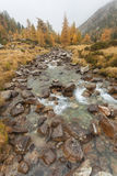 Ροές βουνών ρευμάτων στην πτώση Στοκ εικόνα με δικαίωμα ελεύθερης χρήσης