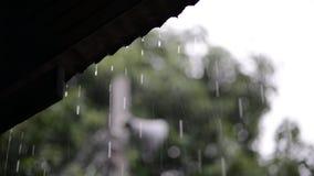 Ροές βροχής κάτω από το υλικό κατασκευής σκεπής