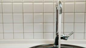 Ροές καθαρού νερού από την ασημένια βρύση στο λουτρό στο εσωτερικό απόθεμα βίντεο