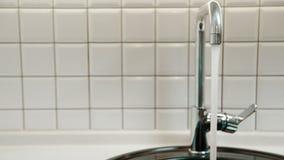 Ροές καθαρού νερού από τη βρύση στο λουτρό του διαμερίσματος φιλμ μικρού μήκους