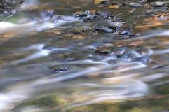 Ροές νερού πέρα από πολλούς βράχους και πέτρες Στοκ εικόνες με δικαίωμα ελεύθερης χρήσης