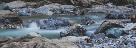 Ροές νερού ποταμού πέρα από τις πέτρες Στοκ φωτογραφίες με δικαίωμα ελεύθερης χρήσης
