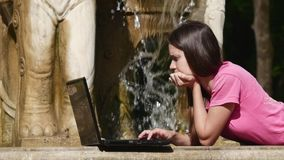 Ροές νερού σε ένα lap-top απόθεμα βίντεο