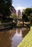 Ροές ποταμών του San Antonio μέσω της πόλης στο κέντρο της πόλης Riverwalk του Τέξας Στοκ εικόνες με δικαίωμα ελεύθερης χρήσης