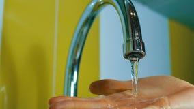 Ροές του νερού από μια βρύση σε έναν νεροχύτη φιλμ μικρού μήκους