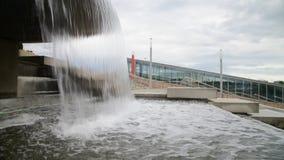 Ροές του νερού από το κύπελλο της πηγής απόθεμα βίντεο