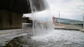Ροές του νερού από το κύπελλο της πηγής φιλμ μικρού μήκους