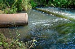Ροές του νερού από το σωλήνα στον ποταμό Στοκ φωτογραφίες με δικαίωμα ελεύθερης χρήσης
