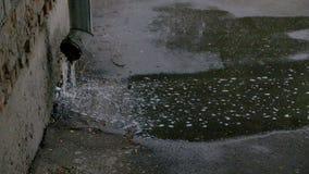 Ροές του νερού μέσω του σωλήνα αγωγών κατά τη διάρκεια σε σε αργή κίνηση απόθεμα βίντεο