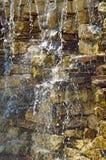 Ροές του νερού μέσω του τοίχου πετρών Στοκ φωτογραφίες με δικαίωμα ελεύθερης χρήσης
