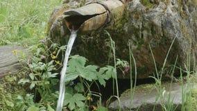 Ροές του νερού μέσω του ξύλινου σωλήνα απόθεμα βίντεο