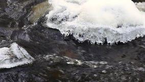 Ροές του νερού στον ποταμό πέρα από τους βράχους, παγωμένος χειμώνας απόθεμα βίντεο