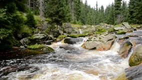 Ροές Izera ποταμών πέρα από τους βράχους φιλμ μικρού μήκους