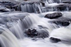 ροή επάνω στους βράχους Στοκ εικόνα με δικαίωμα ελεύθερης χρήσης