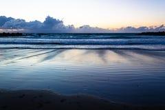 Ροή θάλασσας στο ηλιοβασίλεμα στην αμμώδη παραλία, Κανάρια νησιά, Tenerife στοκ φωτογραφίες με δικαίωμα ελεύθερης χρήσης